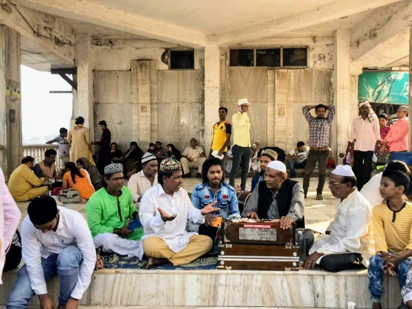 Singers at Haji Ali Dargah - Veritru - Mumbai, India