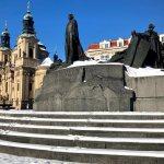 Zimní pohled na Staroměstské náměstí. Pomník Jana Husa a kostel sv. Mikuláše.