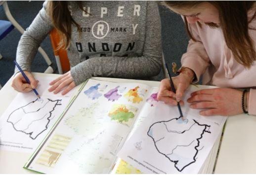Leerlingen maken een schetskaart om de ruimtelijke ongelijkheid in Brazilië te verklaren. Zij leggen hierbij verbanden tussen economische, sociale, fysische en politieke verschijnselen.