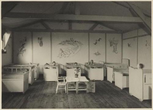Kinderslaapzaal in Theresienstadt met wandschilderingen van Jo Spier