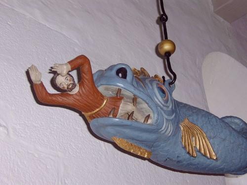 Jona wordt opgeslokt door een vis (Hvidbjergkerk, Hvidbjerg, Denemarken, foto: Brams)
