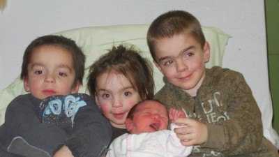 Axel, Xela en Alex met de pasgeboren Xeal (foto: Facebook)