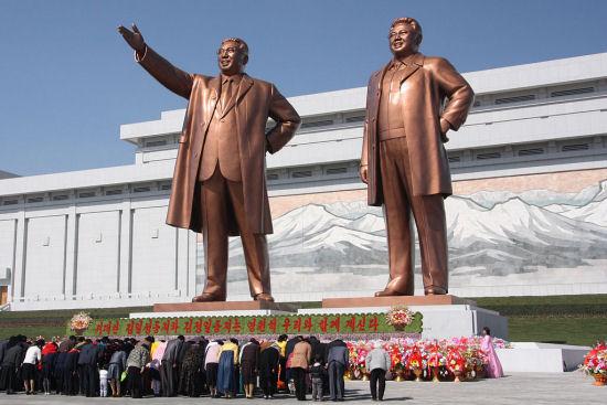 Persoonlijkheidscultus: Noord-Koreanen buigen voor de standbeelden van Kim Il-sung en Kim Jong-il (foto: J.A. de Roo / CC BY-SA 3.0)