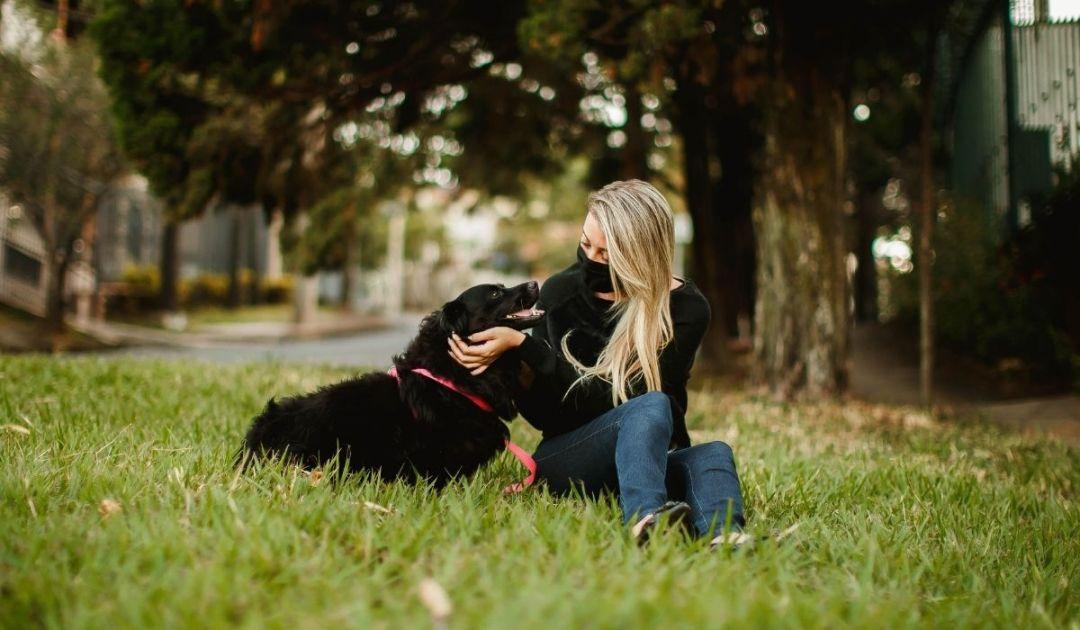 una proprietaria e il suo cane in sintonia