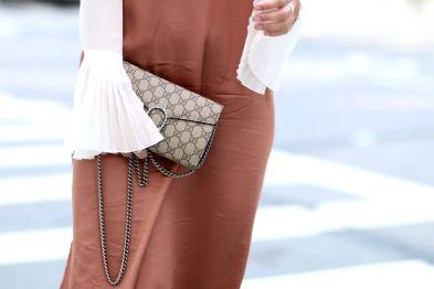 roségoldenes Seidenkleid, Gucci Dionysus, Dior So Real Sonnenbrille, Balenciaga Ceinture Boots, Bluse Trompetenärmel