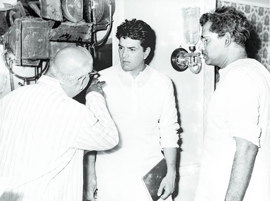Hrishikesh Mukherjee with Dharmendra and David on the set of Satyakam (1969)