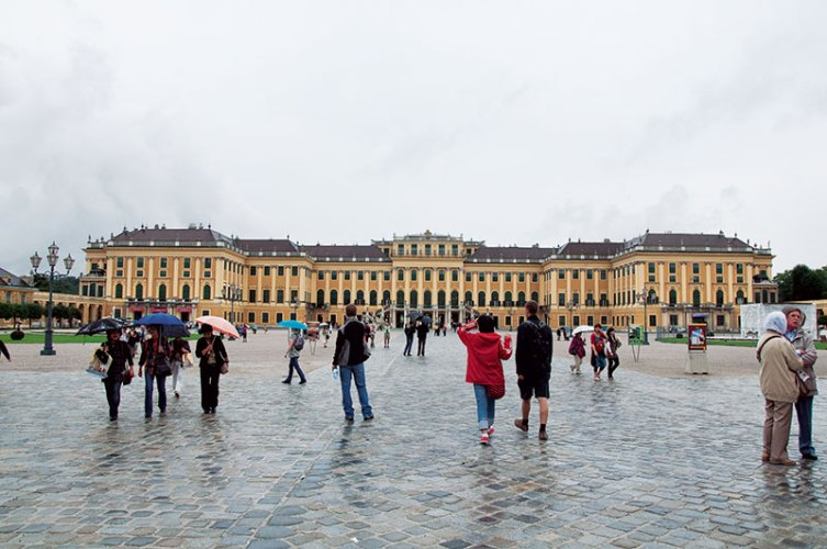 Schloss Schonbrunn: grandeur in the mist