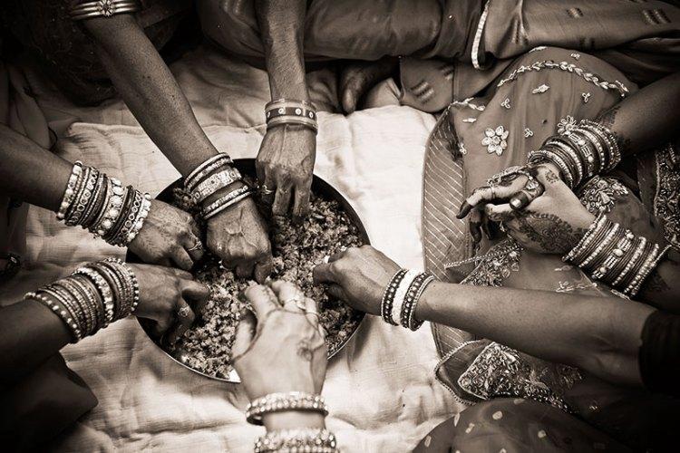 Bishnoi women giving food to their friend at her wedding near Jaisalmer