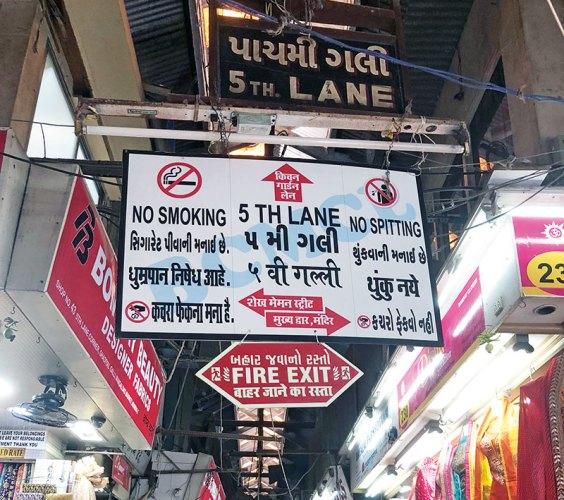 A signboard in English, Gujarati, Marathi and Hindi at Mangaldas market, Kalbadevi
