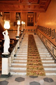Cantilevered staircase: legacy of an imperial lifestyle