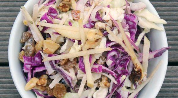 insalata di pollo al rosmarino, cavolo rosso e frutta,