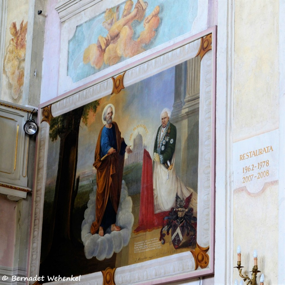 Een stukje van de fresco's in de kerk. Felle kleuren tussen de vele pasteltinten.