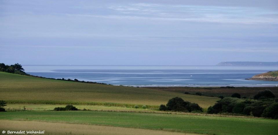 Zicht op de baai van Douarnenez (Finistère) die baadt in het ochtendlicht.