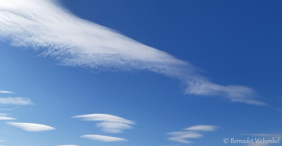 Prachtige wolken in de blauwe lucht.