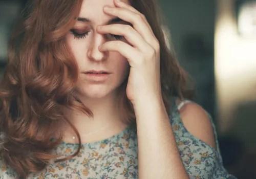 femme souffrant de migraine