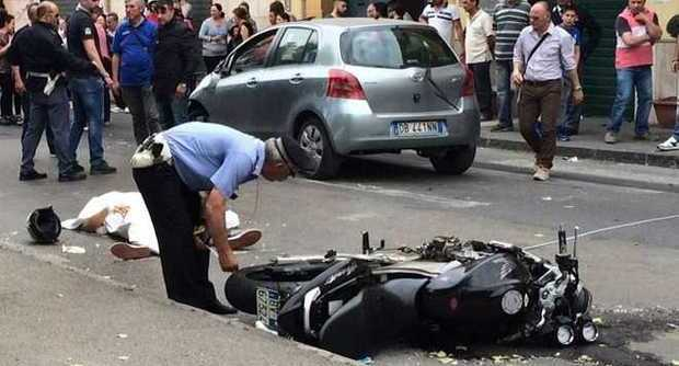 Incidente mortale nel primo pomeriggio di oggi (giovedì 9 settembre) nella frazione eugubina di padule, dove un centauro 49enne ha perso la. Pompei, grave incidente stradale: morto un 24enne