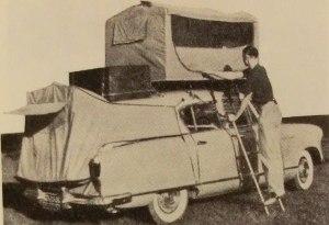 Et utklipp fra midt på 1950-tallet med telt i bagasjerommet og barnerom på taket.