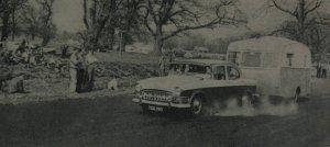 I England kjørte man fra begynnelsen av 1950-tallet til rundt 1970 ordinære Rally med campingvogn på slep. Her et utklipp fra 1960 med en Humber og Ensor Elf.  BL