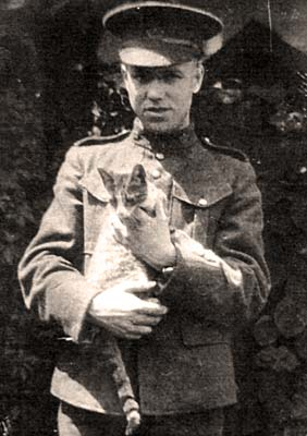 William Redver Stark avec un chat.