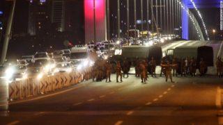 Sólo dos camiones con soldados solitarios, pero sin armadura para bloquear cualquier movimiento de tropas leales en Estambul