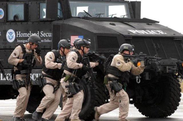 Tanque de Policía del Departamento de Seguridad Interna con la policía militarizada