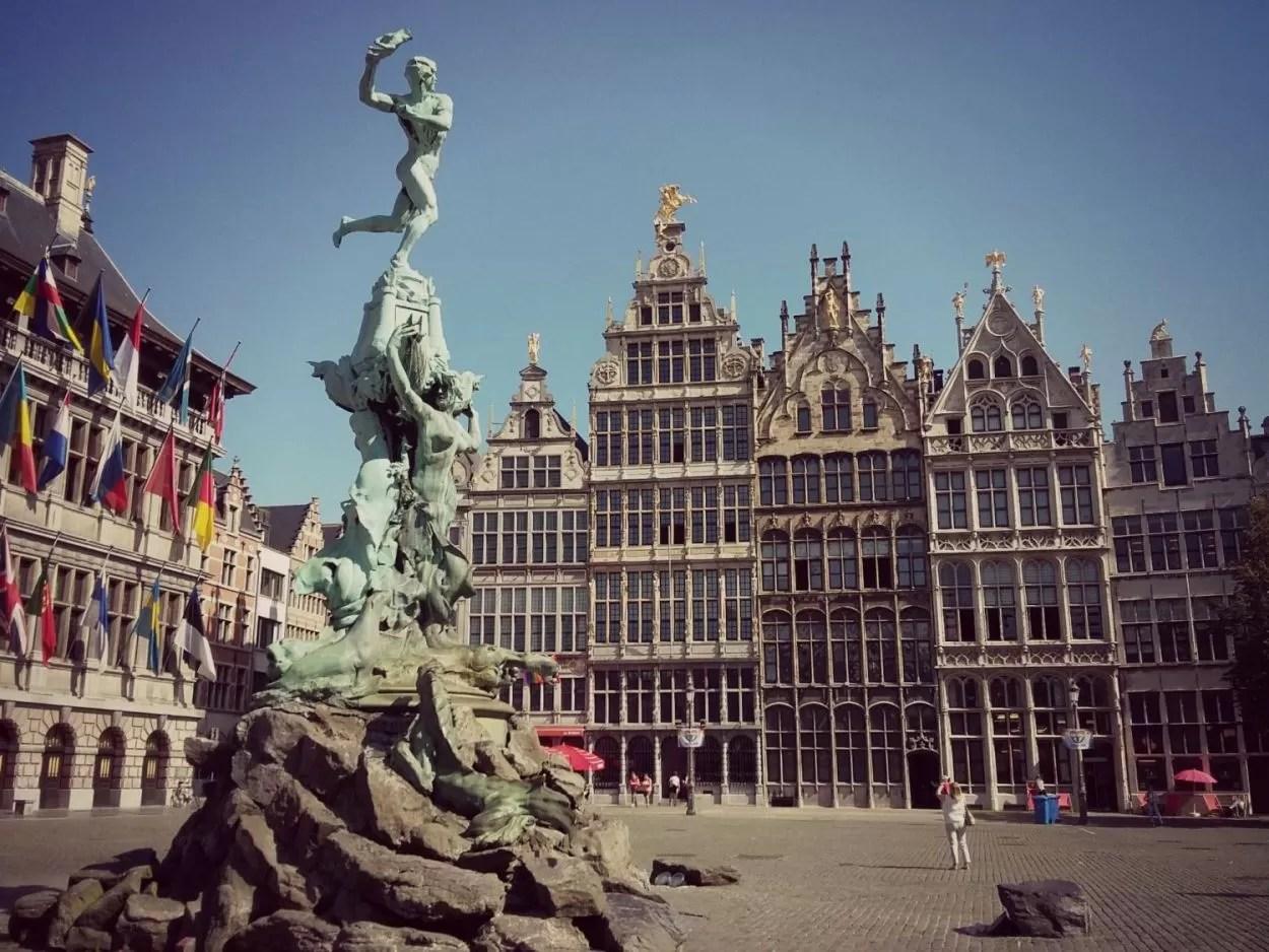 Brabo met stadhuis op Grote Markt Antwerpen