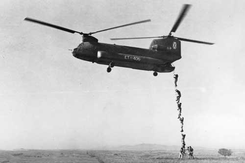 Subida por escala a un Chinook guerrillero de OE