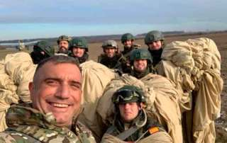 Reunión post salto . Curso paracaidista EPA en Ukrania. VetPac