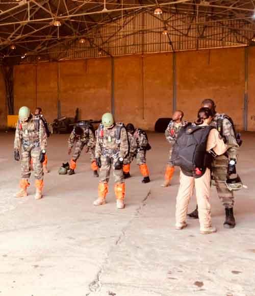 La Capitan LGM intruyendo a la Fuerza Aéra senegalesa en lanzamientos paracaidistas