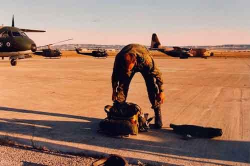 Preparando un salto paracaidistas. Coronel Alberto Ayora