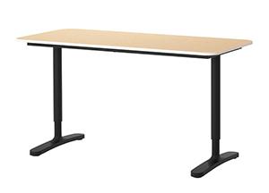 La foto mostra una scrivania