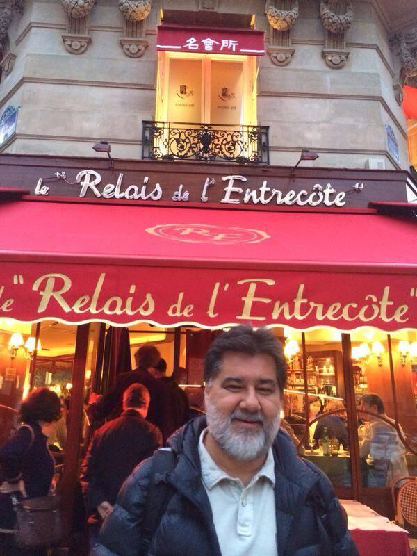 Sérgio em frente ao restaurante
