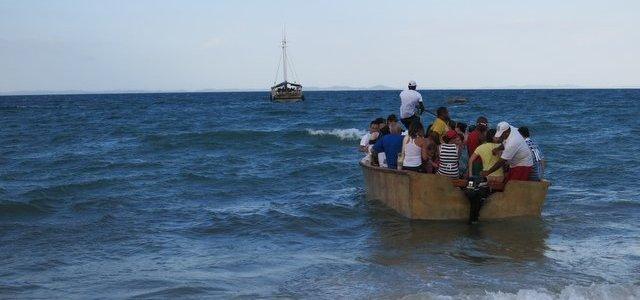 A escuna atrás e o barquinho que nos levava até ela.