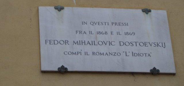 Placa no edifício onde morou Dostoiévski