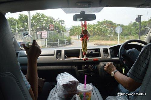 Na Tailândia os carros também são em mão inglesa.