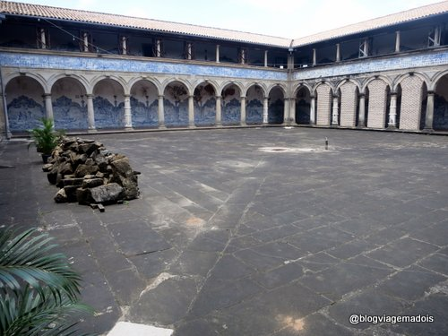 O pátio do convento