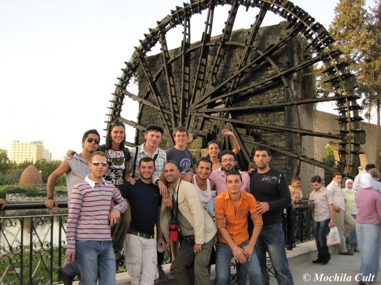 Pessoal reunido na frente das rodas d´água em Hama