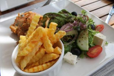 Lula com salada de abacate e chips