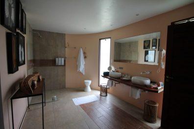 Banheiro super espaçoso do Bangalô Charme da Pousada Côté Sud