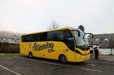 Micro-ônibus que realizamos o passeio bate-volta às Highlands e Lago Ness