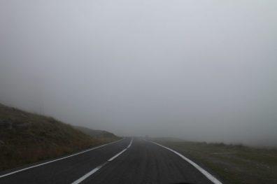 Neblina na Transfagarasan, na Romênia