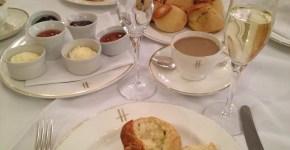Merenda da Harrods a Londra con pasticcini e champagne