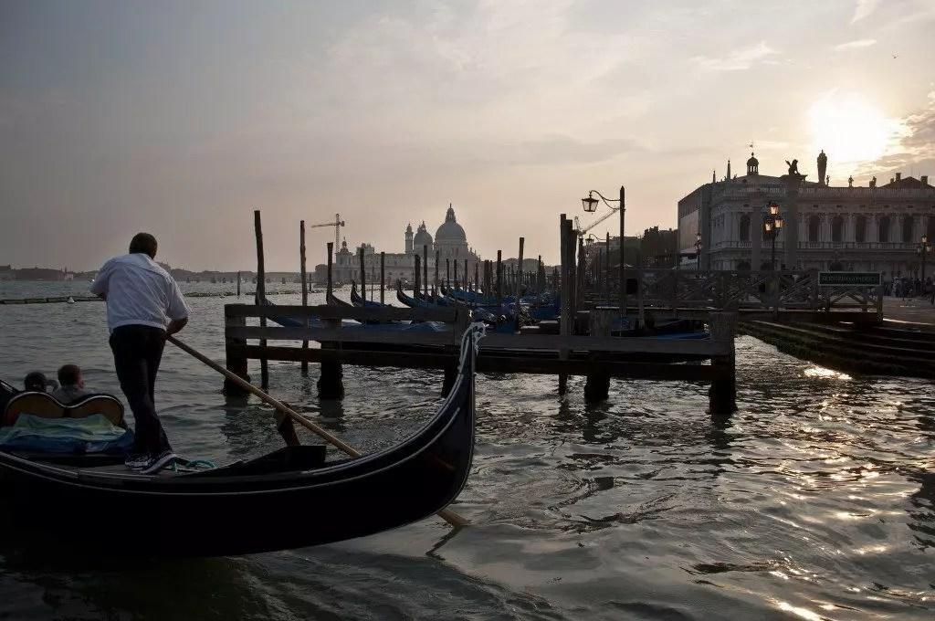 gondoliere-venezia-tramonto