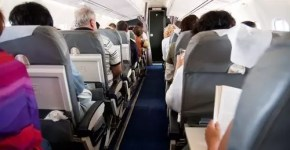 Applausi al pilota d'aereo: lo fanno 4 passeggeri su 10