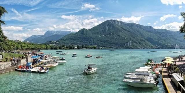 Il lago di Annecy in Alta Savoia, Francia