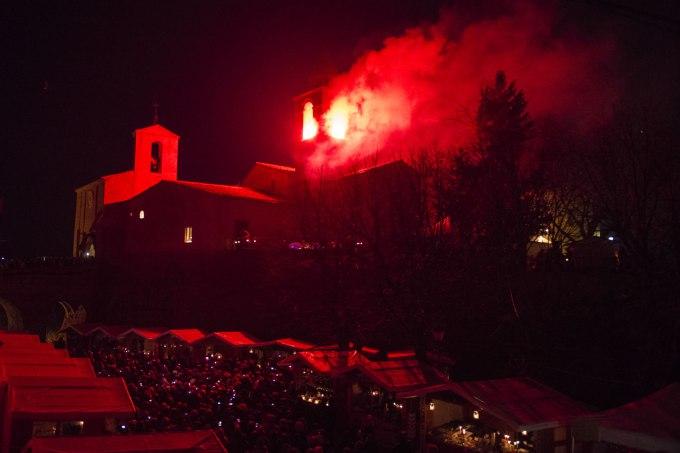 candele a candelara fuoco nella torre