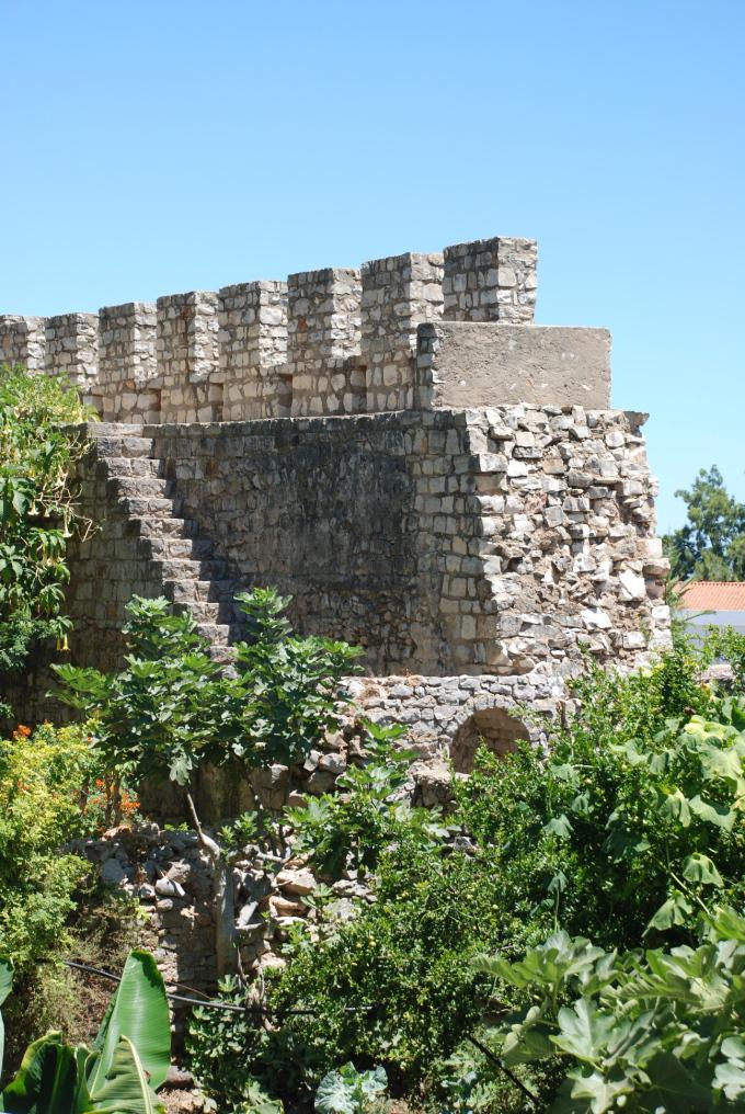 le mura dell'antico castello di tavira in algarve portogallo del sud