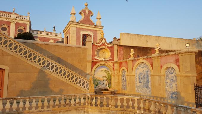 le decorazioni del palazzo rosa di estoi in algarve