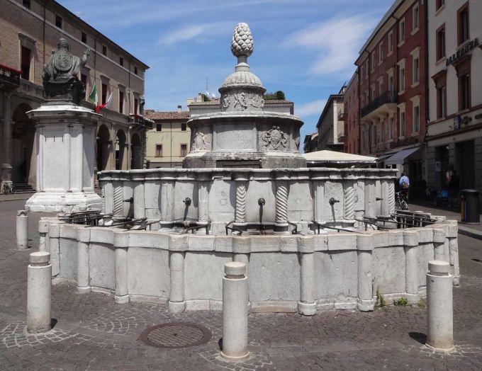 la fontana della pigna nel cuore del centro storico di rimini
