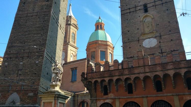 le torri medioevali nel centro storico di bologna